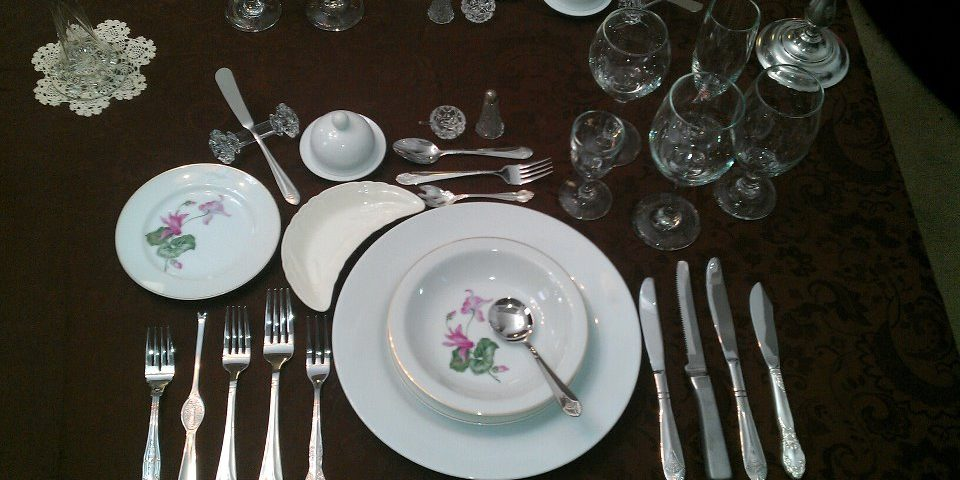 Il galateo ci spiega come apparecchiare la tavola il - Posizione posate a tavola ...